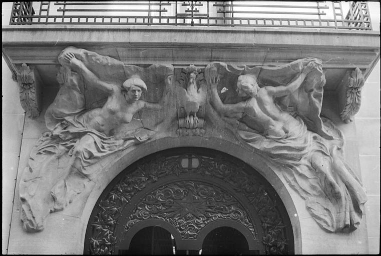 Deux statues féminines monumentales au-dessus du porche