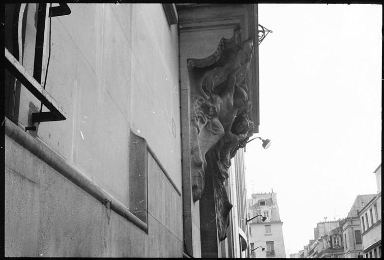 Deux statues féminines monumentales au-dessus du porche : vue diagonale