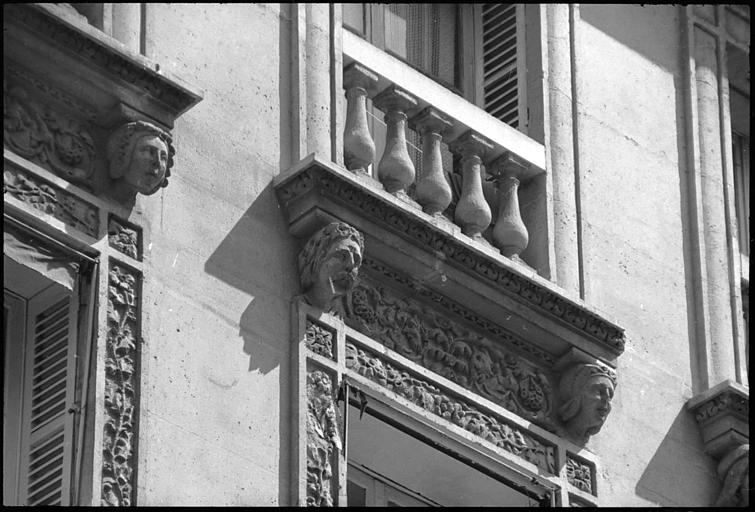 Têtes sculptées supportant des corniches