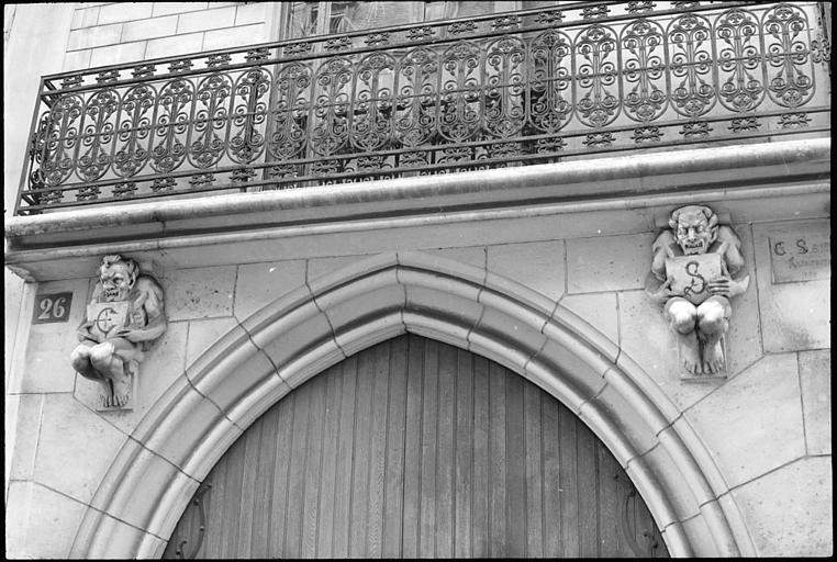 Deux atlantes en pied supportant un balcon
