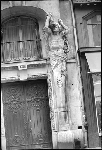 Porche surmonté de deux atlantes en gaine avec bras : atlante de droite