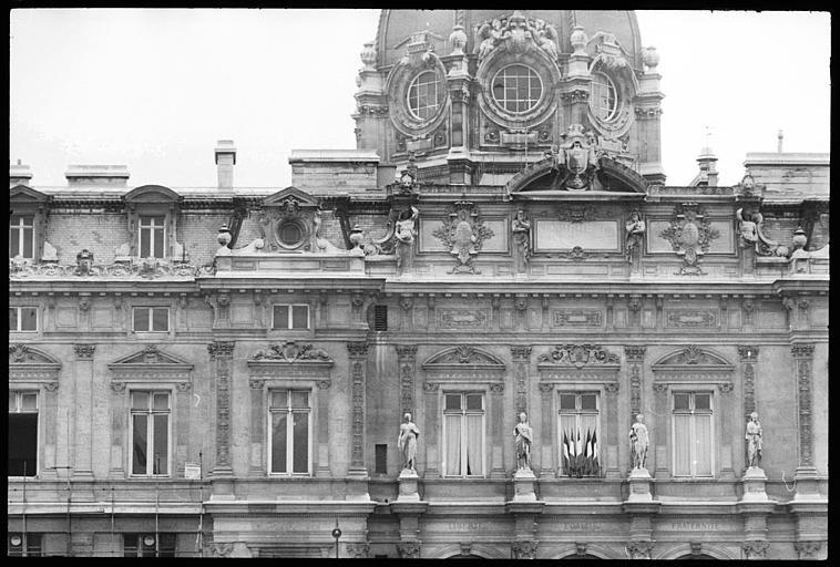 Coupole et façade ornée de cariatides en pied et d'atlantes en gaine avec bras