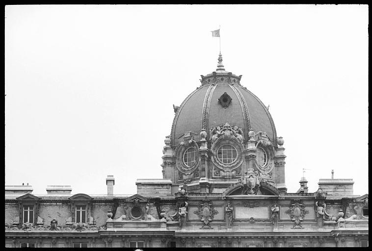 Coupole et partie supérieure de la façade ornée d'atlantes en gaine avec bras