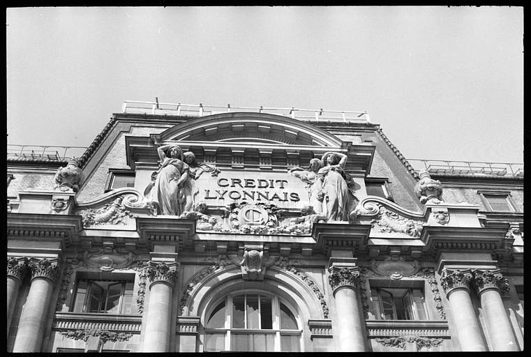 Statues féminines monumentales ornant la partie supérieure de la façade : vue en contreplongée
