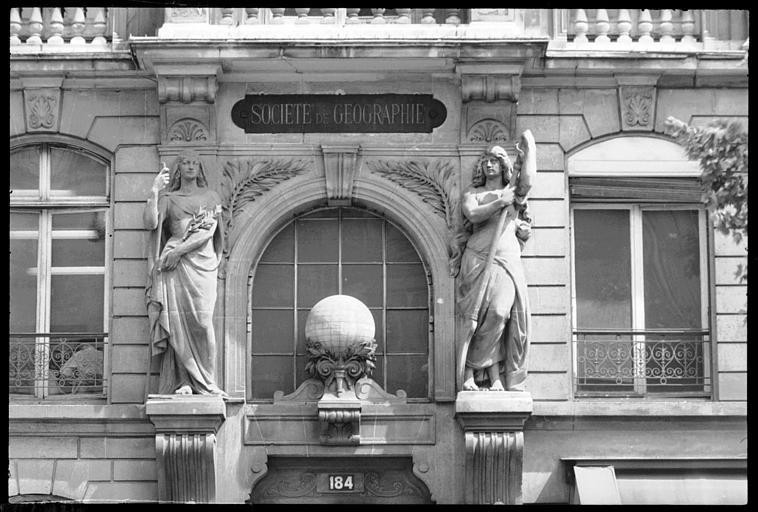 Façade ornée de deux figures féminines monumentales : vue rapprochée