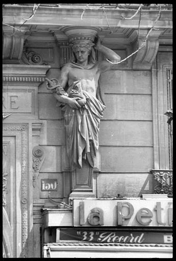 Porche flanqué de deux atlantes en gaine avec bras : Mercure tenant le caducée