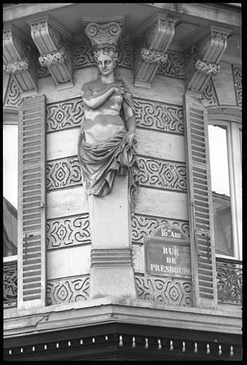 Angle de deux façades ornée de deux cariatides en gaine avec bras : cariatide de droite