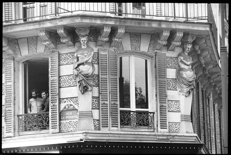 Angle de deux façades ornée de deux cariatides en gaine avec bras