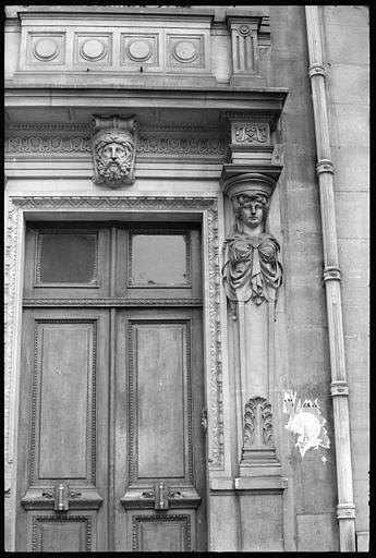Porte d'entrée flanquée de deux cariatides en gaine sans bras : cariatide de droite