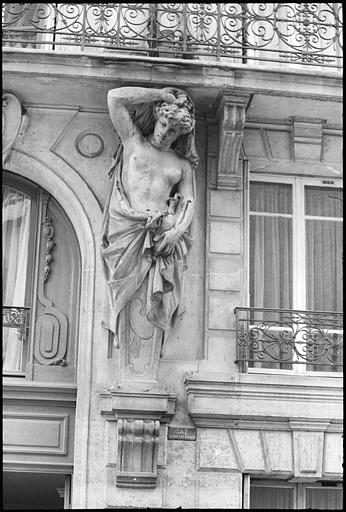 Atlante en gaine avec bras ornant la façade