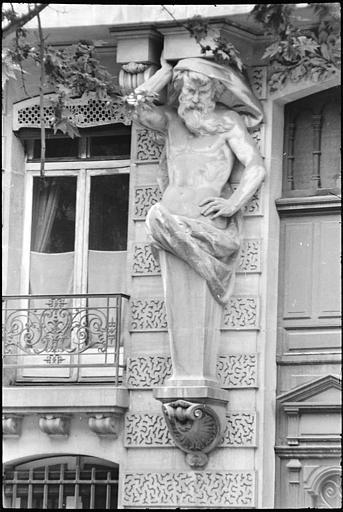 Façade ornée d'une cariatide et d'un atlante en gaine avec bras : vue rapprochée d'un atlante