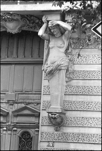 Façade ornée d'une cariatide et d'un atlante en gaine avec bras : vue rapprochée d'une cariatide