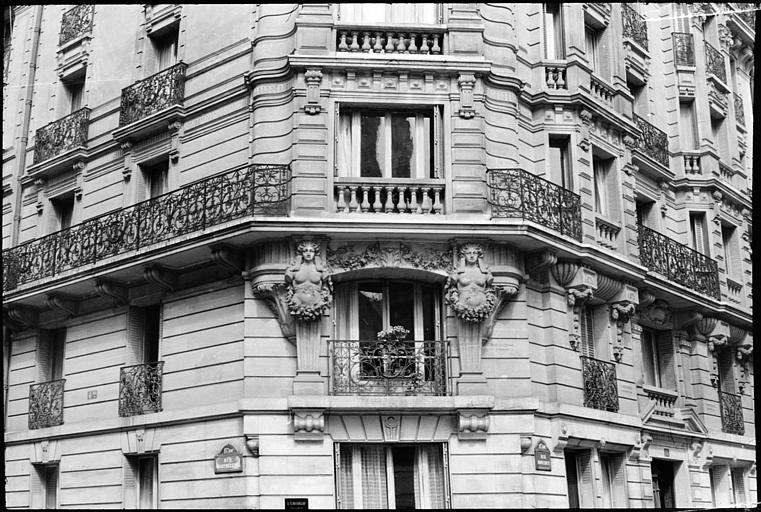 Angle de deux façades orné de deux cariatides en gaine sans bras