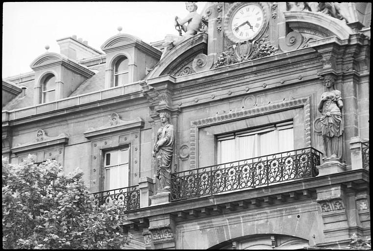 Façade ornée de deux cariatides en pied et de deux figures monumentales : vue rapprochée