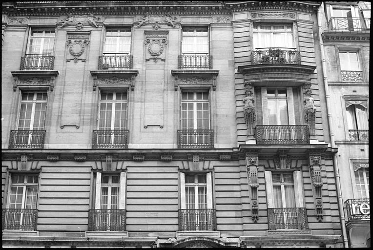 Façade ornée de cariatides en gaine sans bras : partie droite de la façade