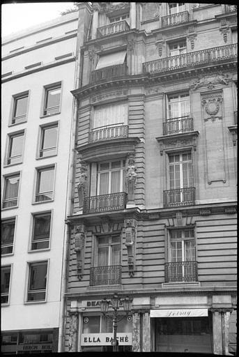 Façade ornée de cariatides en gaine sans bras : partie gauche de la façade