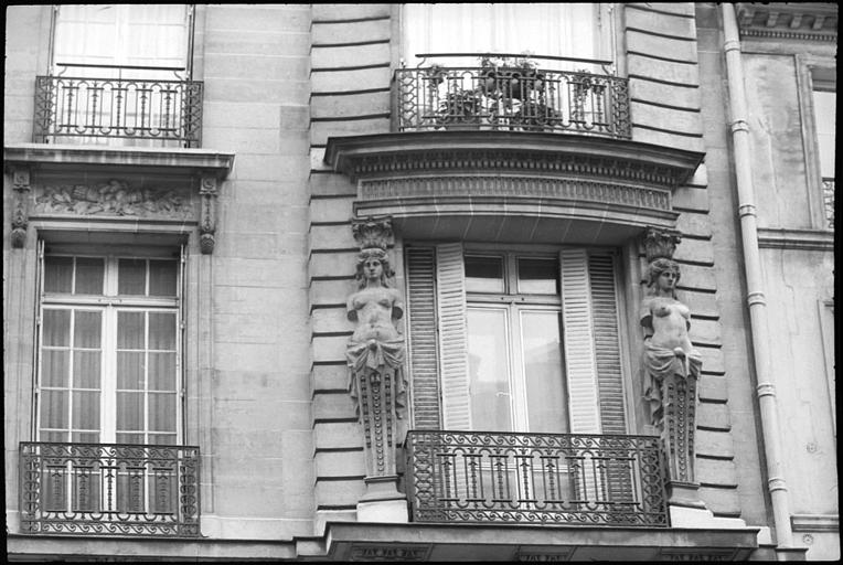 Façade ornée de cariatides en gaine sans bras : partie droite de la façade, vue rapprochée