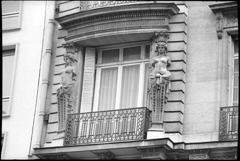 Façade ornée de cariatides en gaine sans bras : partie gauche de la façade, vue rapprochée
