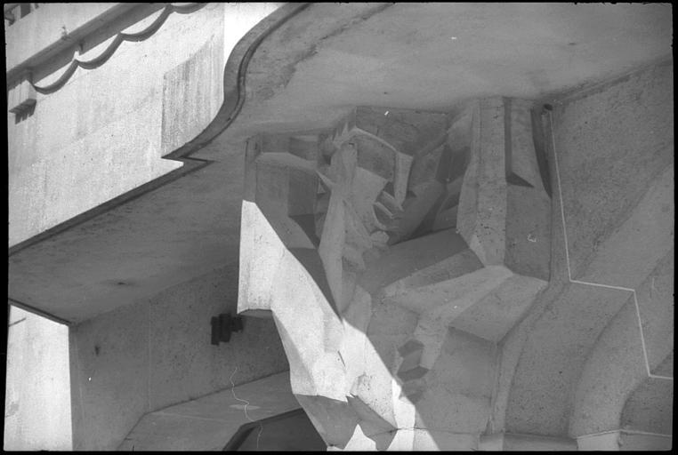 Porche flanqué de deux cariatides en gaine avec bras : cariatide de gauche