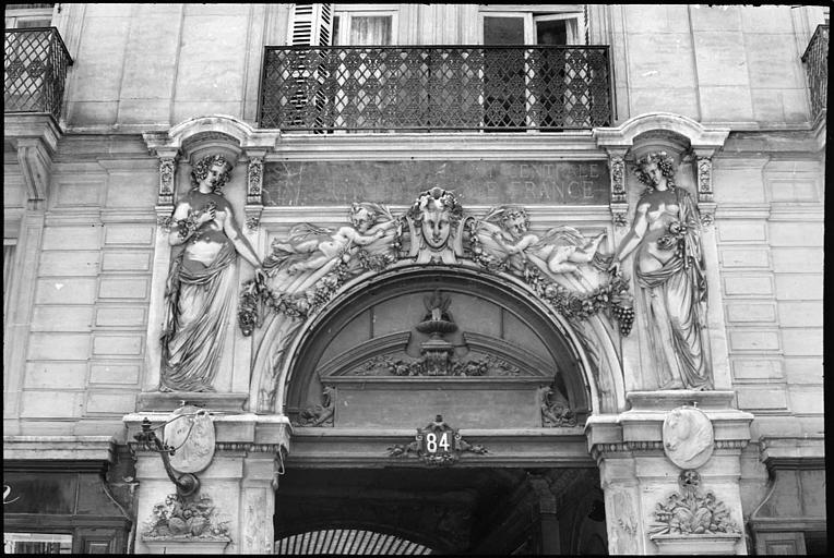 Porche orné de deux statues féminines monumentales