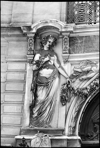 Porche orné de deux statues féminines monumentales : statue de gauche