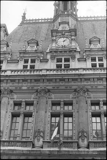 Partie supérieure de la façade, toiture et horloge
