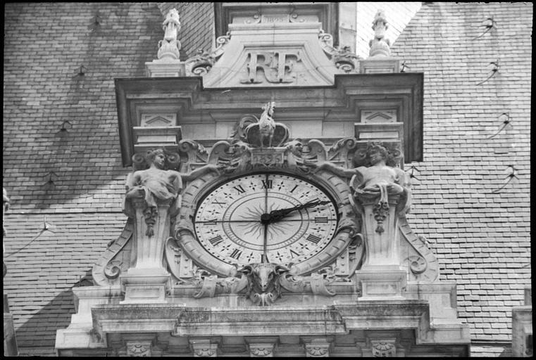 Horloge flanquée d'une cariatide et d'un atlante en gaine avec bras