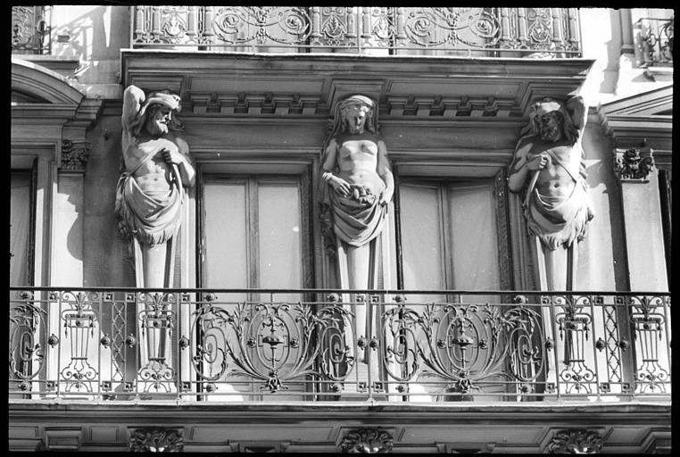 Façade ornée de cariatides et d'atlantes en gaine avec bras : vue rapprochée d'une cariatide et de deux atlantes