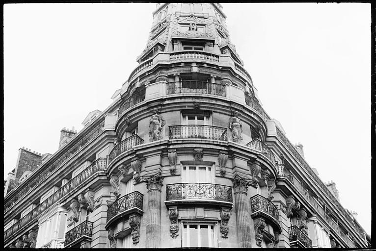 Angle de deux façades orné de deux cariatides en pied