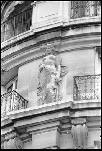 Angle de deux façades orné de deux cariatides en pied : cariatide de gauche