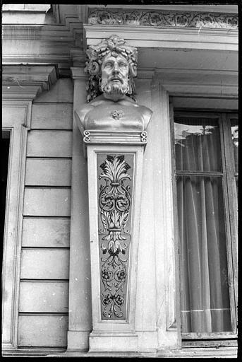 Façade ornée d'un atlante et d'une cariatide en buste : vue rapprochée de l'atlante