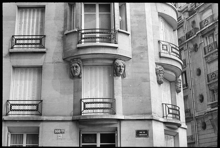 Partie de la façade ornée de têtes de cariatides et d'atlantes