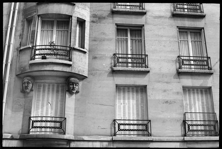 Partie de la façade ornée de deux têtes de cariatides