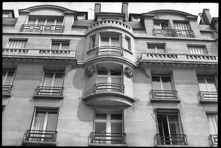 Partie de la façade ornée d'une tête d'atlante et d'une tête de cariatide