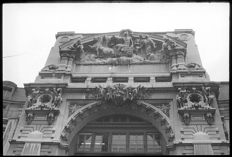 Partie supérieure de la façade ornée d'atlantes en pied et fronton sculpté