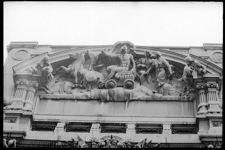 Fronton sculpté