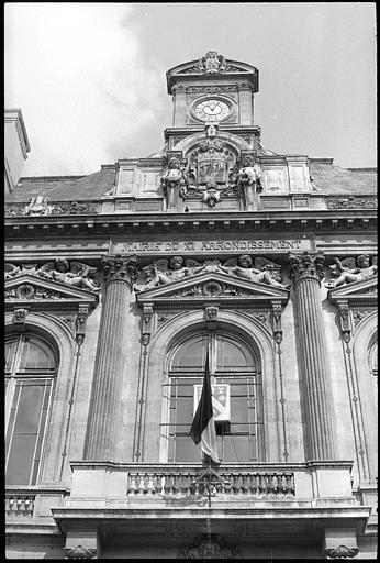 Partie supérieure de la façade ornée d'un décor sculpté