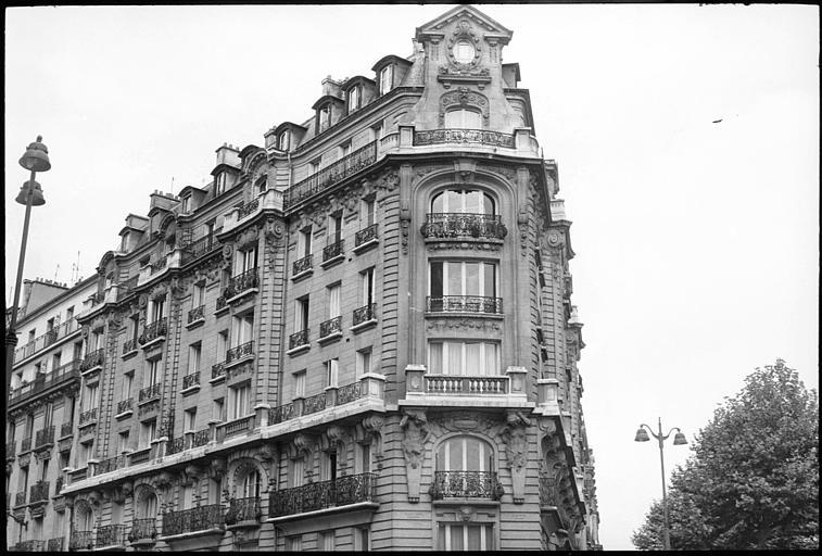 Angle de deux façades orné d'un atlante et d'une cariatide en gaine avec bras