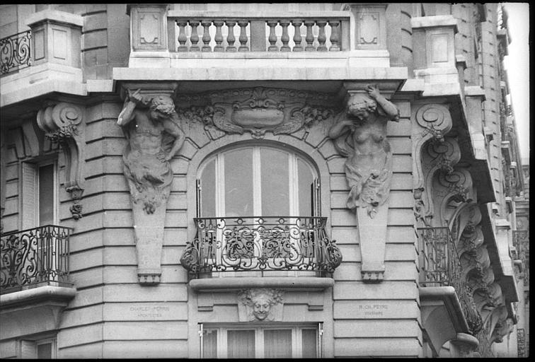Angle de deux façades orné d'un atlante et d'une cariatide en gaine avec bras : vue rapprochée des deux statues