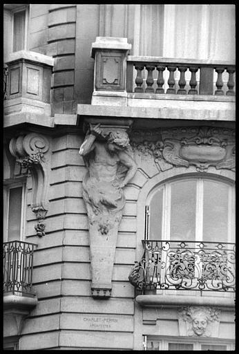 Angle de deux façades orné d'un atlante et d'une cariatide en gaine avec bras : vue rapprochée de l'atlante