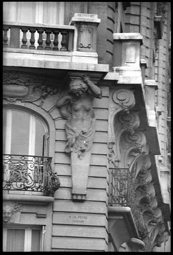 Angle de deux façades orné d'un atlante et d'une cariatide en gaine avec bras : vue rapprochée de la cariatide