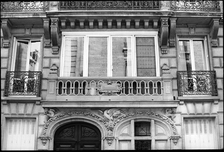 Premier étage et entrée ornée d'un décor néo-gothique avec deux diables atlantes