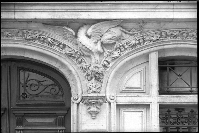 Entrée ornée d'un décor néo-gothique : créature fantastique