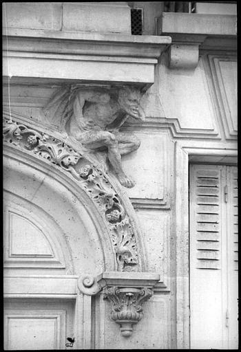 Entrée ornée d'un décor néo-gothique avec deux diables atlantes : diable de droite