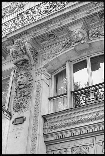 Façade à décor sculpté : console, tête de lion et tête d'atlante