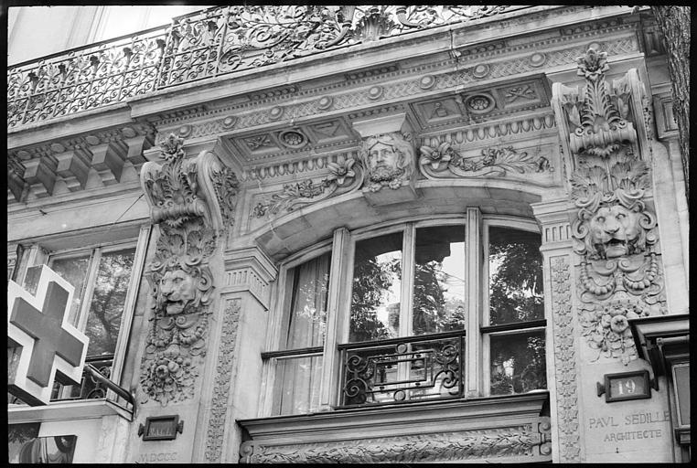 Façade à décor sculpté : deux consoles, deux têtes de lion, tête d'atlante