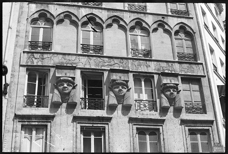 Façade ornée de trois têtes cariatides de style égyptien