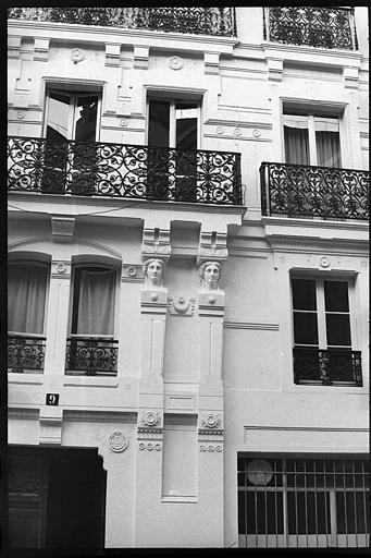 Façade ornée de quatre cariatides en buste : les deux cariatides de droite