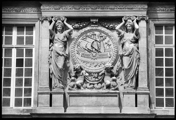 Médaillon sculpté flanqué de deux cariatides en pied : vue rapprochée