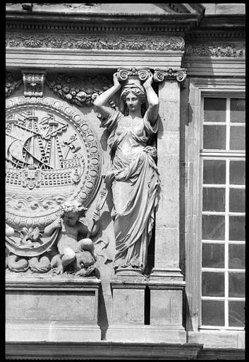 Médaillon sculpté flanqué de deux cariatides en pied : vue rapprochée de la cariatide de droite